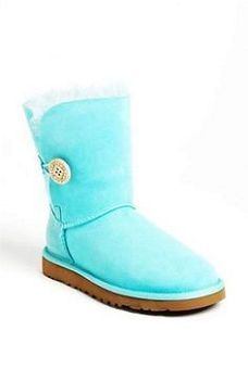 Gorgeous winter wedding snow boots in all varieties. Perfect for any bride with a snowy venue Http://www.weddingandeventinstitute.com