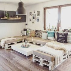 If you have some old pallets, you can use them to create pretty furniture for your home. Check out these DIY pallet sofa ideas and make your own! Palette Furniture, Diy Furniture Couch, Diy Sofa, Rustic Furniture, Outdoor Furniture, Furniture Ideas, Modern Furniture, Furniture Design, Diy Pallet Couch