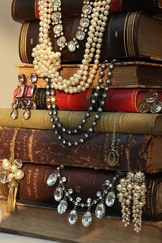 like the idea of using stacked books to hold necklaces escaparates expositores de collares Vintage Accessoires, Vintage Vignettes, Vintage Books, Antique Books, Shabby Chic, Craft Show Displays, Bling, Visual Merchandising, Jewelry Organization