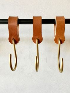 Ludlow Leather Hooks / Set 6 2019 Lostine Ludlow Leather and Brass Hook The post Ludlow Leather Hooks / Set 6 2019 appeared first on Curtains Diy. Pot Mason Diy, Mason Jar Crafts, Mason Jars, Deco Cuir, Diy Hanging Shelves, Brass Hook, Ideias Diy, Mason Jar Lighting, Leather Projects