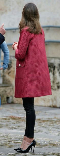 Queen Letizia - Atos Lombardini pink/red partterned coat - Uterqüe black nappa leather leggins - Carolina Herrera black patent and suede pumps