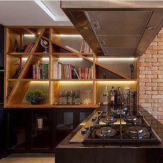 Madeira e tijolinho aparente promovem aconchego a cozinha contemporânea realçada…