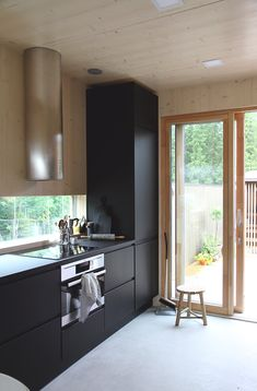 Modern Cabin Interior, Kitchen Interior, Living Etc, Home And Living, Black Kitchens, Cool Kitchens, Bedroom Vintage, Compact Living, Cabin Interiors