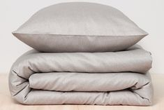 The Silt Loam duvet cover by Damai Organics has an abstract design in two shades of beige. It is made of a soft cotton sateen of organic cotton, GOTS-certified, and therefore feels soft and comfortable to the skin. The duvet cover. Shades Of Beige, Linen Bedding, Duvet Covers, Bed Pillows, Organic Cotton, Pure Products, Fabric, Design, Linen Sheets