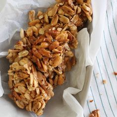 Beer and Chilie Peanut Brittle (Thermomix) 130 g raw sugar 100 g beer 300 g raw unsalted peanuts 1 tsp dried chilli flakes, to taste 1 tsp sea salt flakes Xmas Food, Christmas Cooking, Christmas Lunch, Beer Recipes, Snack Recipes, Cooking Recipes, My Favorite Food, Favorite Recipes, Tummy Yummy