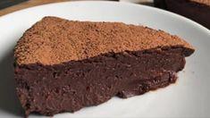 Budeme potrebovať: Cesto: 190 g hladkej múky 30 g kakaového prášku 110 g cukru 110 g masla 1/2 lyžičky vanilkového extraktu 4 vaječné žĺtky Plnka: 300 g kvalitnej horkej čokolády (70%) 300 g gaštanového pyré 300 ml smotany Toping: 2 lyžice javorového sirupu 100 g cukru  Ak máte radi nielen dobrú kuchyňu ale aj príjemný pohľad na jedlo na Chocolate Nestle, Chocolate Cake, Confectionery, No Bake Desserts, Bon Appetit, Truffles, Nom Nom, Ale, Cooking Recipes