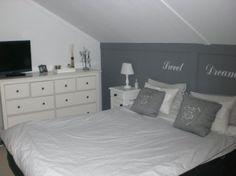 Schuin dak Home, Furniture, Decor, Bed