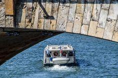 Bateau-mouche sous une des arches du Pont Neuf