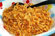 Těstoviny s kuřecím masem v rajčatové omáčce Budeme potřebovat: 2 ks kuřecí prsa, podle chuti sůl, pepř, 200 ml rajčatová omáčka, 100 ml voda, makarony, petrželka, česnek. Postup: Kuřecí prsa očistíme, omyjeme, osušíme a nakrájíme na malé kousky. Na rozpálené pánvi ho osmažíme do zlata, osolíme a opepříme podle chuti. Přidáme rajčatovou omáčku, prolisovaný česnek a promícháme. Těstoviny uvaříme v osolené vodě al dente, přidáme k omáčce, přidáme vodu a ještě krátce podusíme.