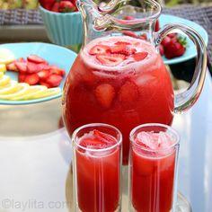 Receita fácil e rápida de limonada de morango, feita no liquidificador usando limões, morangos e mel. Substitua os limões por laranjas lima para fazer laranjada de morangos.
