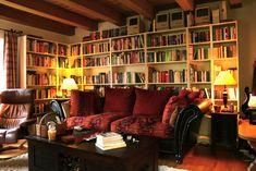 Esta sala seria o lugar perfeito para se sentar depois do trabalho e ficar lendo. | 17 ambientes lindos para almas que amam os livros