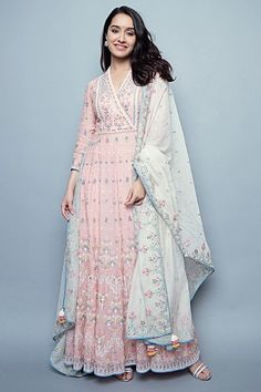 Want to buy Indian designer bridal Lehenga and personalized designer Lehenga Online? Get Latest Lehenga Designs Online Shopping at Carma Online Shop. Shop Now or step in to our nearest store to check the collection. Indian Gowns, Indian Attire, Pakistani Dresses, Indian Wedding Outfits, Indian Outfits, Designer Kurtis, Designer Anarkali, Indian Designer Outfits, Designer Dresses
