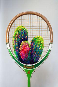 """Quem diria que acessórios esportivos poderiam virar obras de arte, não é mesmo?! Pois a artista sul-africana Danielle Clough teve a incrível ideia de unir suas habilidades manuais à raquetes de tênis e badminton antigas, desenvolvendo bordados botânicos surpreendentes. Na série """"What a Racket"""", Danielle tece flores, folhas, cactos e suculentas usando fios supercoloridos e …:"""