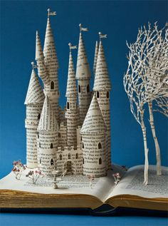 Artesanato com jornal – 10 ideias espetaculares (Revista Artesanato) - Bastelsachen - Paper Altered Books, Altered Art, Fairytale Castle, Fairytale Book, Paper Book, Book Folding, Book Projects, Clay Projects, Old Books