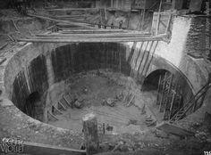 traversée de la Seine au Châtelet (Place Saint-André des Arts). Second puits elliptique de la station Place Saint-Michel après fonçage du caisson. Photographie de Charles Maindron, 10 octobre 1907, Paris. © BHdV / Roger-Viollet