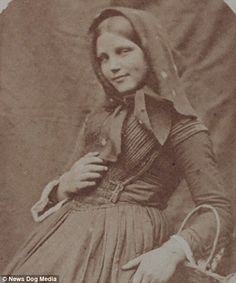 These haunting portraits captured by Dr Hugh Welch Diamond between 1848 and 1858 give an insight into the lives of women at Suffolk County Lunatic Asylum for paupers. Old Pictures, Old Photos, Vintage Photos, Funny Pictures, Victorian Life, Victorian Photos, Insane Asylum Patients, Mental Asylum, Psychiatric Hospital