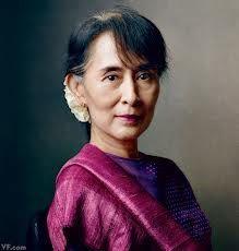 Aung San Suu Kyi es una política activista birmana. Es la figura emblemática de la oposición birmana contra la dictadura militar que ocupó el poder entre 1962 y 2011. Resultó elegida como representante al parlamento birmano en 2012. Recibió el premio de la paz en 1991 por su lucha no violenta por la democracia y los derechos humanos