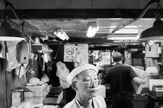Fórmula para una fotografía: Mercado Tsukiji, Tokyo, Agosto 2014. Averigua cómo y por qué se tomó esta imagen de street photography en el mercado de pescado más grande del mundo.