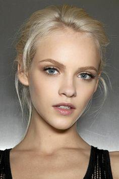 make up tipps für junge frauen mit blondem haar und blaue augen lockiges outfit lässiger look dezent einfach