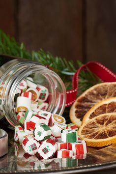 Herzig schauen sie aus, diese kleinen weihnachtlichen Zuckerl mit den bunten Weihnachtsmotiven; und schmecken tun diese bunten Süßigkeiten so köstlich, dass man aufpassen muss, nicht das gesamte Gläschen auf einmal zu vernaschen! Trotzdem, lange Zeit waren diese Zuckerl in Vergessenheit geraten. Doch seit 2013 werden sie wieder – nach Originalrezepten und in reiner Handarbeit – in Wien hergestellt. Advent Calendar, Holiday Decor, Colorful Candy, Special Gifts, Guy Gifts, Handmade, Handarbeit, Christmas, Advent Calenders