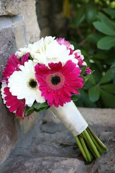 similar to what the bridesmaid bouquets will look like except the daisies have lime green centers