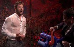 Chris Hemsworth, que interpreta o Thor, apareceu de uma maneira um tanto peculiar no programa do Jimmy Fallon; com a camiseta molhada! Tudo começou com um desafio do apresentador.
