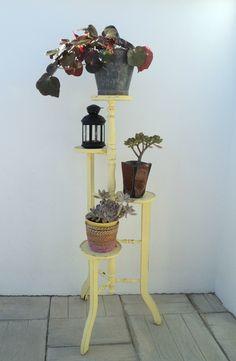Expositor vintage amarillo. Macetero madera Luniqueblog.com