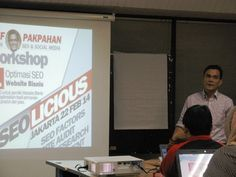 Membahas tentang internet marketing secara menyeluruh dalam kegiatan workshop atau training SEO