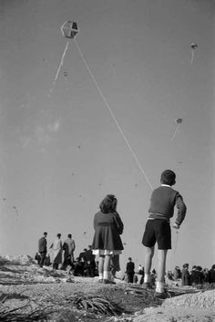 """Flying the kite on """"Clean Monday"""" 1975 - Καθαρή Δευτέρα, Αθήνα Φωτογραφία… Greece Photography, History Of Photography, Photography Lessons, Old Photos, Vintage Photos, Benaki Museum, Greece History, Greek Culture, Greek Art"""