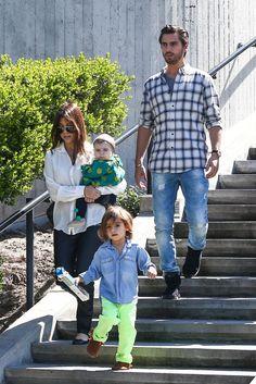 ¡Mira que chulos los pantalones de Neon de Mason Disick el hijo de Kourtney Kardashian!    Definitivamente los padres de Mason,  Kourt y Scott son unos expertos en derrochar estilo y sus hijos van a heredar esta cualidad.