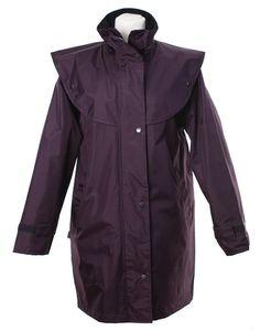 Naisten Short Cape Equestrian -takki on upea tuulenpitävä ja vedenpitävä vaate, joka valmistettu 100-prosenttisesta polyesteri-PVC: stä, ja jossa on vesitiiviit teipattut saumat. Equestrian, Raincoat, Jackets, Fashion, Rain Jacket, Down Jackets, Moda, Fashion Styles, Horseback Riding