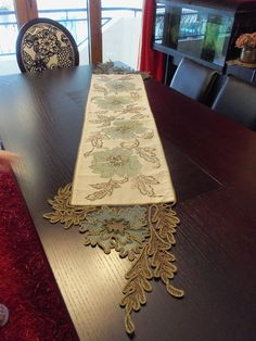 This Pin was discovered by Sus Modern Table Runners, Burlap Table Runners, White Embroidery, Hand Embroidery, Embroidery Designs, Crochet Home, Irish Crochet, Fabric Painting, Fabric Art