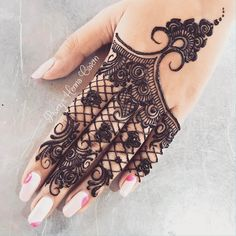 "4,484 Likes, 30 Comments - Henna Mehndi Studio (@lal_hatheli_products) on Instagram: ""#lal_hatheli Put a grain of boldness in to everything you do #Repost @nawal_alzdjali #mehndi…"""