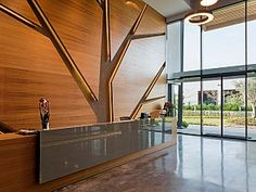 Antalya Organize Sanayi Bölgesinde bulunan mevcut üretim tesisleriyle aynı arsa içerisinde tasarlanan toplamda 3 kat ve 2250 m2 alana sahip olan çelik yapının iç mekan tasarım ve uygulamaları Kst Mimarlık tarafından yapılmıştır.