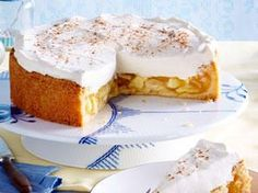 Our ♥ cake of the day: the apple sour cream cake! Here you can find the simple RECIPE for baking >>> Apfel-Schmand-Kuchen – Spätsommerliebe! Apple Sour Cream Cake, Apple Cake, Torte Au Chocolat, Baking Recipes, Cake Recipes, Pie Co, Bolos Low Carb, Brownie Cheesecake, Halloween Desserts