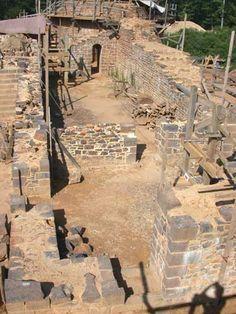 Guédelon : renaissance d'un château médiéval_Vue du logis seigneurial : on…