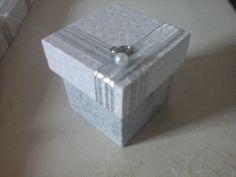 Lembrancinhas Bodas de Prata  caixinhas em MDF revestida com tecido branco e cinza, perola falsa, argola prateada , fita prateada Faco tambem para Bodas de Ouro tamanho 5x5x5 cm