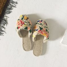 emilyisabella I made shoes! That look like a rug! Look Fashion, Diy Fashion, Funky Fashion, Diy Clothes Projects, Yarn Projects, Punch Needle Patterns, Textiles, How To Make Shoes, Boho Pillows