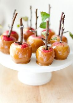 Caramel or candied apples are the quintessential Autumn treat. Just place apples on sticks and bathe in gooey caramel or candy. Try these recipes for taking candy apples to the next level. It's edible artistry! Yummy Treats, Sweet Treats, Yummy Food, Mini Caramel Apples, Apple Caramel, Caramel Candy, Mini Candy Apples, Chocolate Apples, Caramel Color