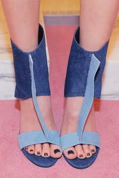 Today's Hot Pick : CENTERED-DENIM COMBO http://fashionstylep.com/SFSELFAA0026135/stylenandacn/out 潮牌Jeffrey Campbell的又一美鞋! 独特的牛仔布面料,魅惑造型, 将脚部的纤细柔美与不羁的自由个性完美表达! 在Nanda购买欧美爆红潮鞋, 演绎型人时尚品味!!