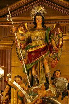 San Rafael del Interior de la basílica del Juramento de San Rafael. Es tanta la devoción que se le tiene al 'arcángel custodio de la ciudad' que se pueden contar hasta casi una veintena de monumentos repartidos por la ciudad.