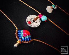 Ensemble de trois pièces indépendantes qui peuvent être portés comme des colliers ou bracelets: -Ils sont tous réglables en hauteur (avec un noeud coulissant) donc vous pouvez les porter court ou avec une longueur moyenne et dans l'ordre choisi. -Les Breloques métal forme rondes