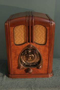 is the Zenith model made in It was one of the most advanced commercial radios of its day, tuning AM and short wave all the way up to 18 MHz Vintage Wood, Vintage Antiques, Vintage Items, Retro Vintage, Vintage Music, Vintage Toaster, Music Machine, Art Deco, Retro Radios