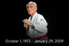 Hélio Gracie was a Brazilian martial artist who, together with his brother Carlos Gracie, founded the martial art of Gracie Jiu-Jitsu, known internationally as Brazilian Jiu-Jitsu. Gracie Academy, Carlos Gracie, Helio Gracie, Bjj Memes, 6 Pack Abs Workout, Martial Artists, Brazilian Jiu Jitsu, Dojo, Extreme Sports