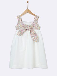 Joli volume dansant pour cette robe effet cache cour en tissu Liberty. Une robe chic pour demoiselles d'honneur raffinées.DétailsFaux cache-coeur en t