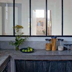 e viva ao betão!  mais uma cozinha com a bancada em betão e com cortinados em vez de portas.
