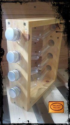 Porta Tempero com 8 tubos feito com madeira de pallet.