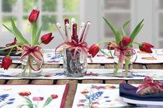 Es muss nicht immer ein üppiger Blumenstrauß in der Vase sein: in ausgedienten Marmeladengläsern machen sich einzelne Blumen ebenso gut. Tischwäsche erhältlich bei sander-tischwaesche.de