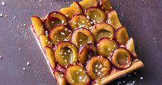 Ein guter Grund, sich auf den Herbst zu freuen: Dann sind die violetten Zwetschgen reif und zieren diesen köstlichen Zwetschgenkuchen. Biscotti, Deutsche Desserts, Köstliche Desserts, Vegetable Pizza, Plum, Waffles, Brunch, Strawberry, Fruit