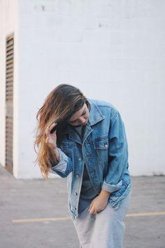 Look minimalista e confortável. O vestido midi cinza com a fenda lateral é leve e fica super lindo com a jaqueta jeans vintage amarrada na cintura. O tênis branco é o querido da vez, sendo do modelo Adidas Superstar. Jeans Vintage, Look Vintage, Battle Jacket, Long Bob, Adidas Superstar, Photograph, Denim, Woman, Jackets